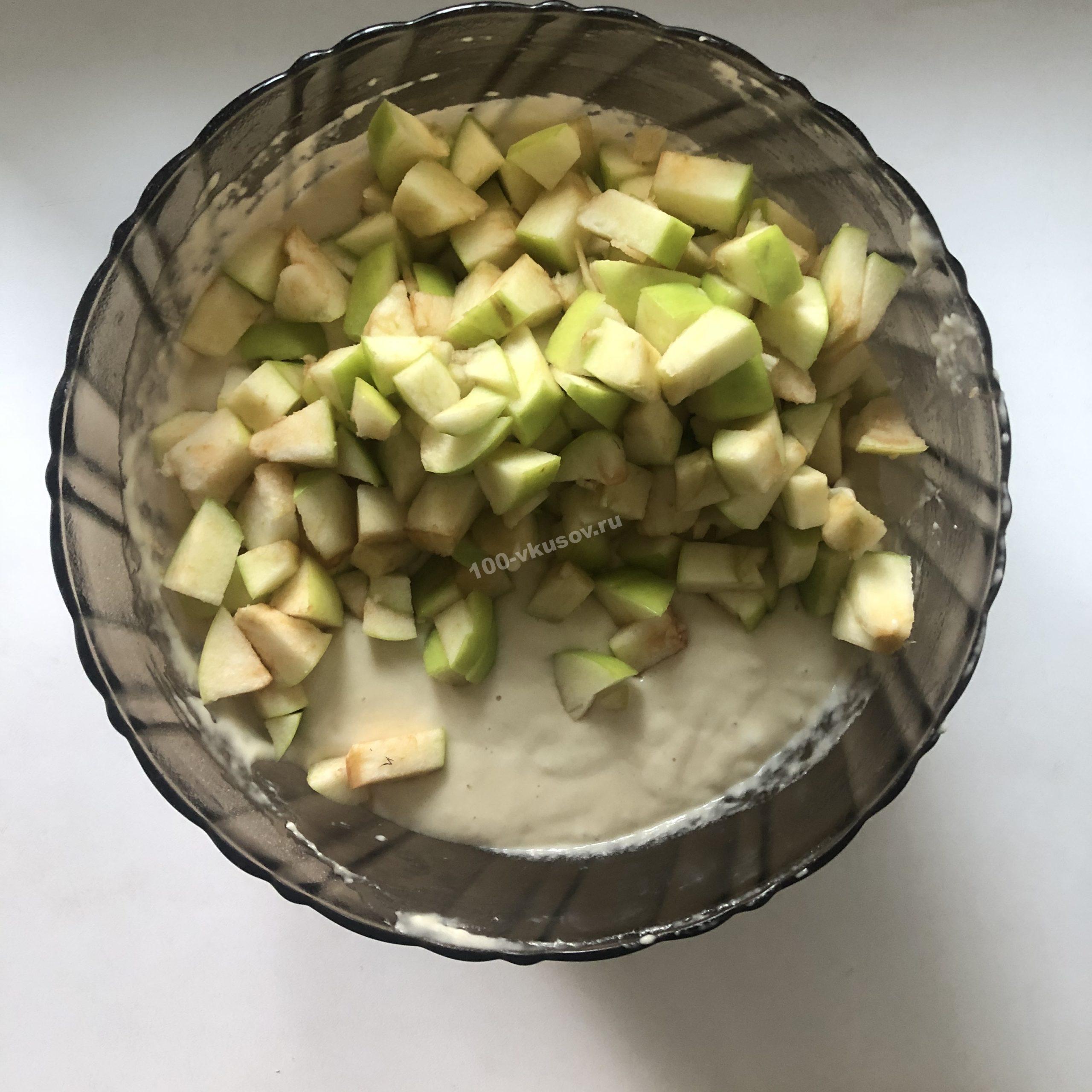 Добавление яблок в тесто
