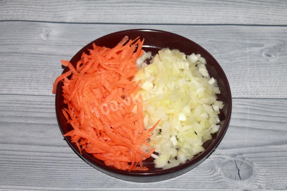Измельчаем морковь с луком