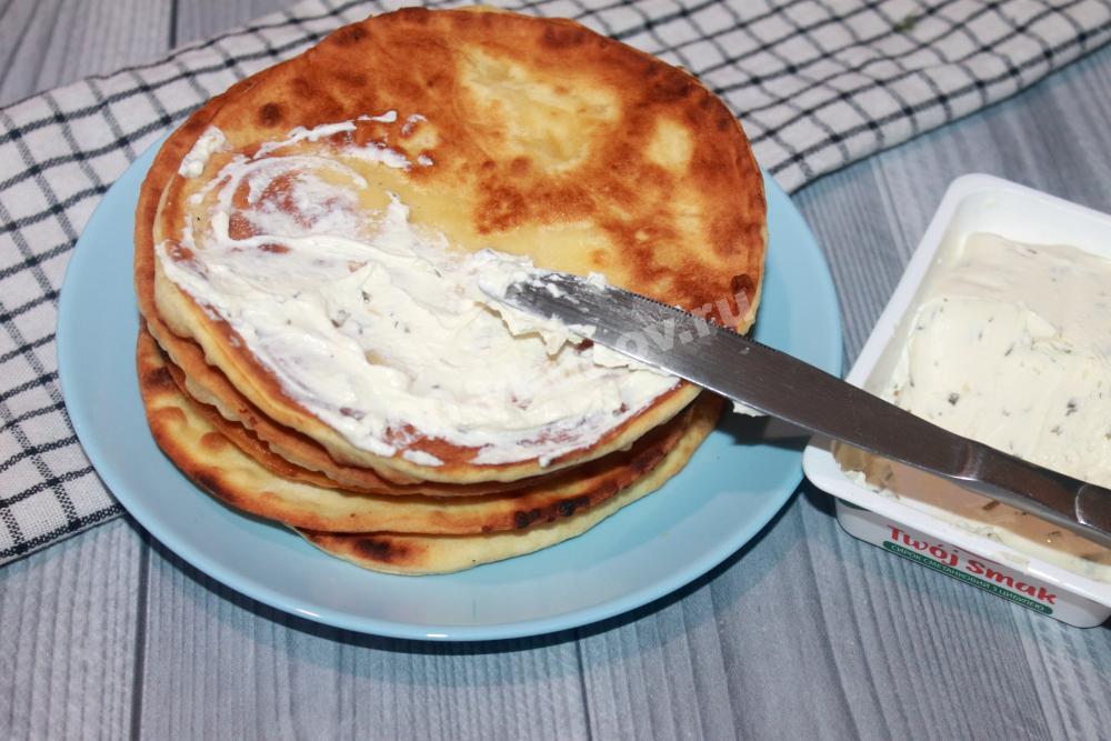 Смазываем лепешки творожным сыром