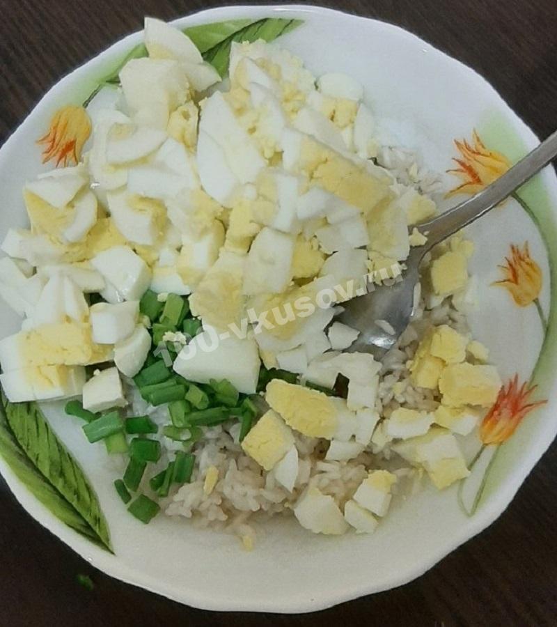 Добавляем яйца к рисово-луковой смеси