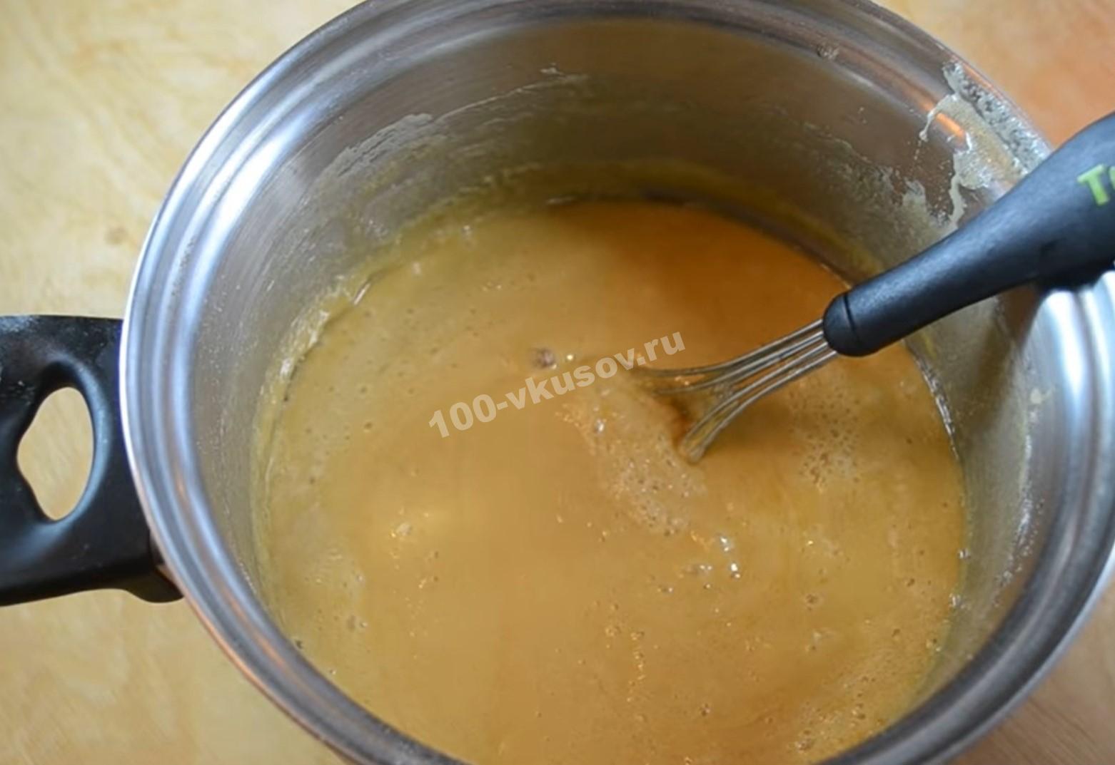Готовим тесто для медовика
