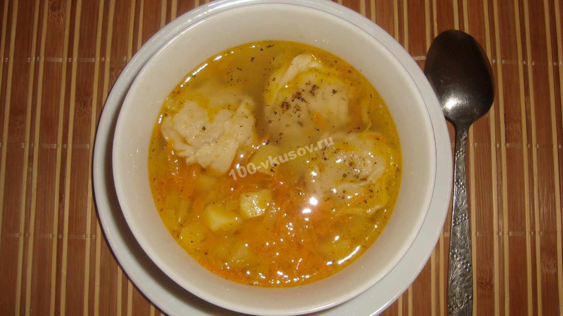 Готовый суп с пельменями и картошкой