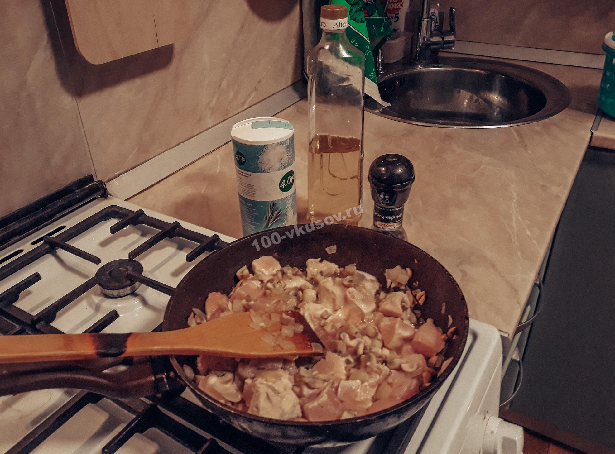 Обжариваем курицу, шампиньоны и лук