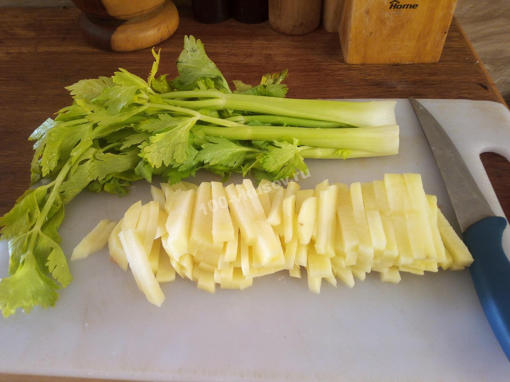 Сельдерей и нарезанный картофель