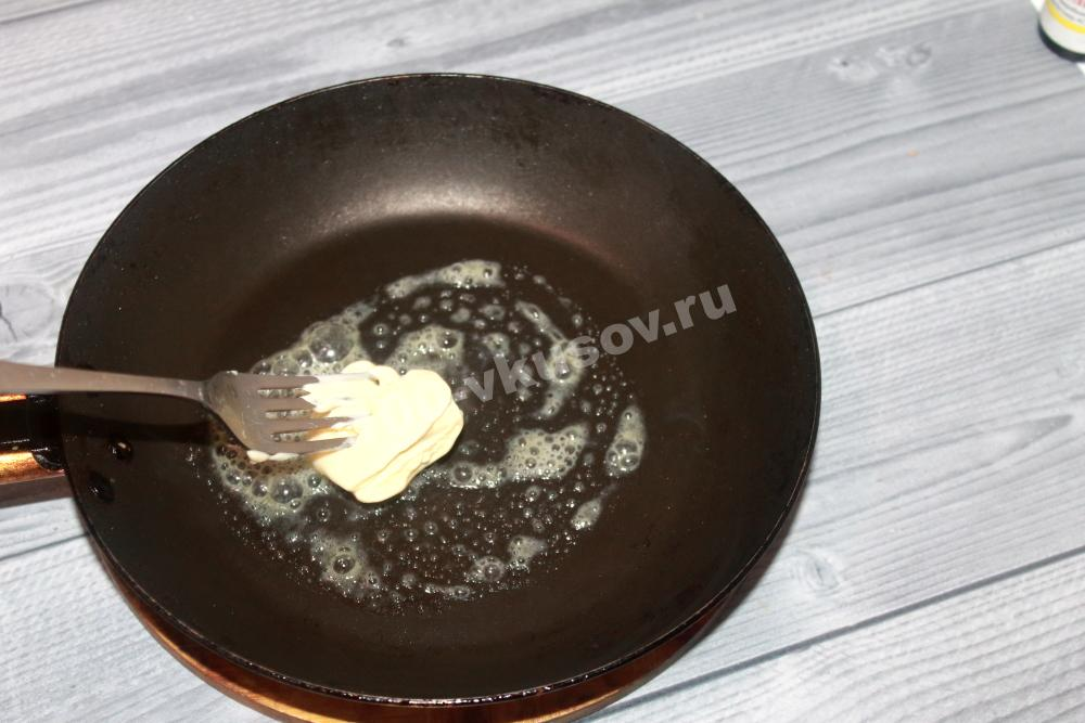 Смазываем сковородку