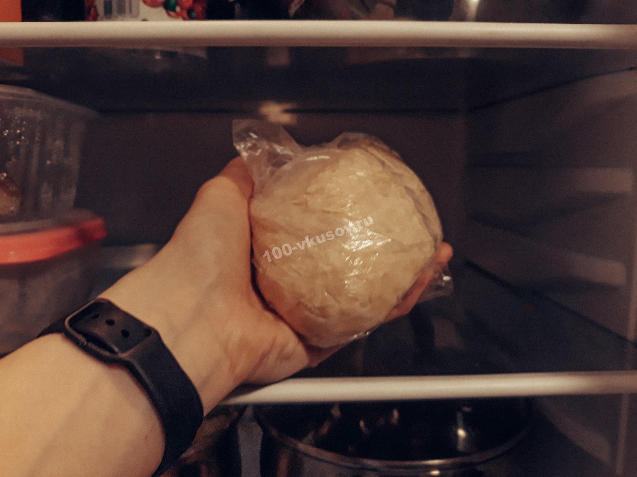 Убираем тесто в холодильник