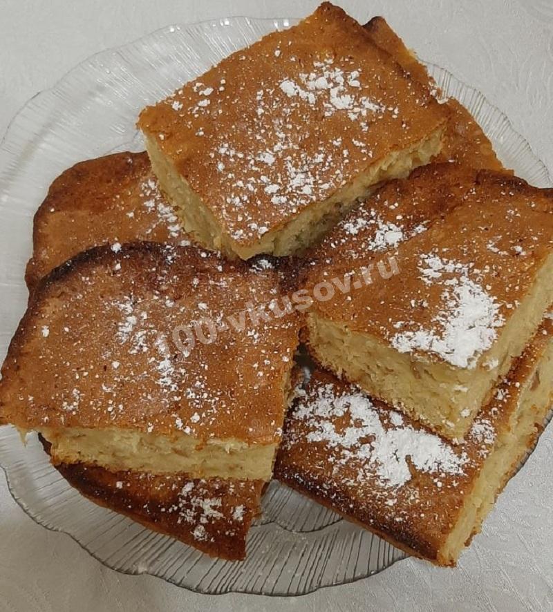 Готовый бисквитный пирог с яблоками