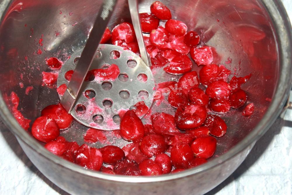 Измельчаем ягоды клюквы