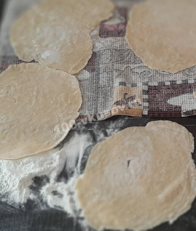 Раскатываем тесто для лапши