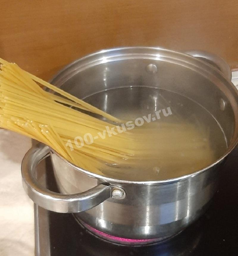 Выкладываем спагетти в кипяток