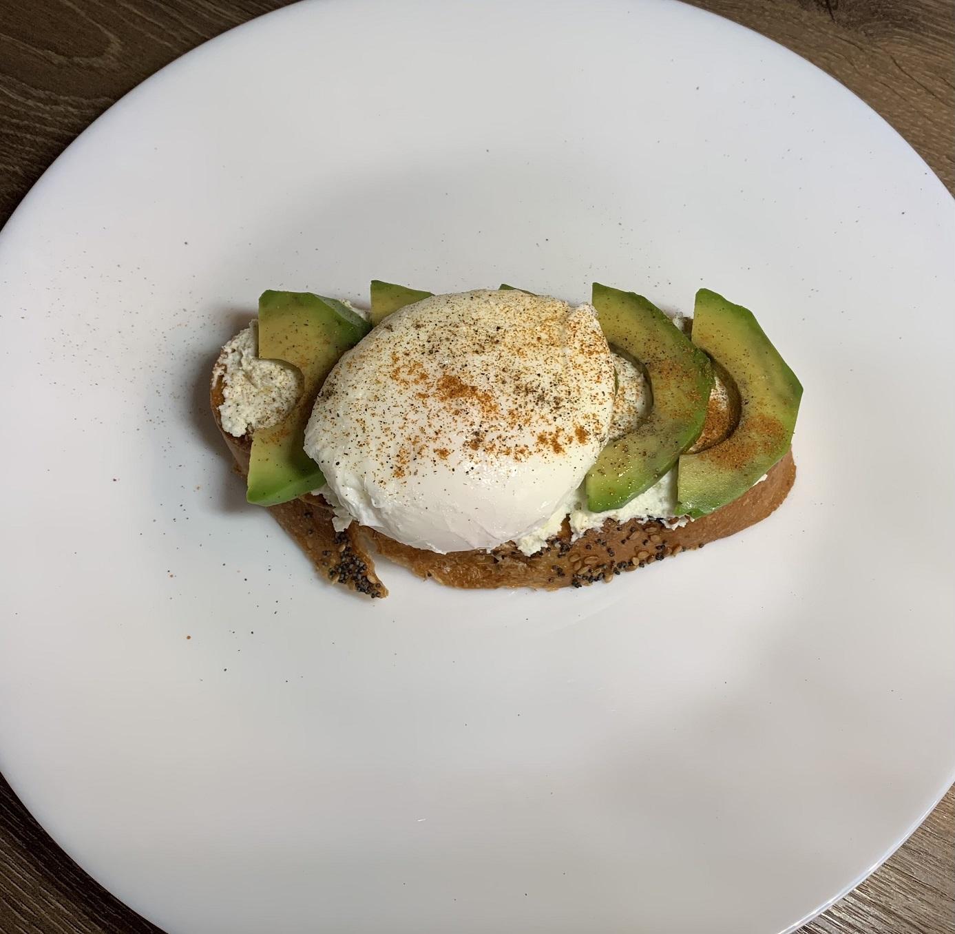 Бутерброд с авокадо и яйцом пашот