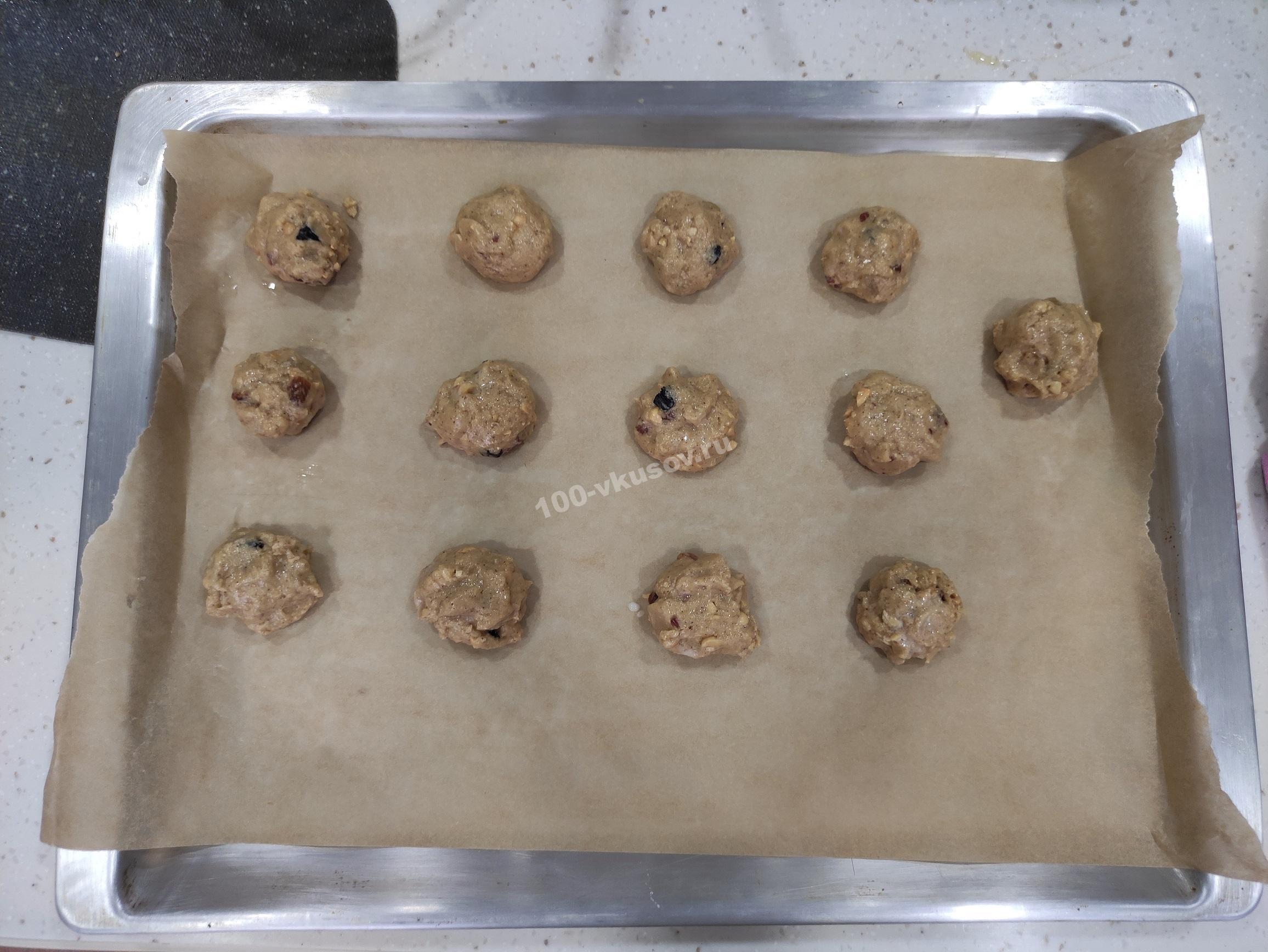 Овсяное печенье с орехами и изюмом на противне