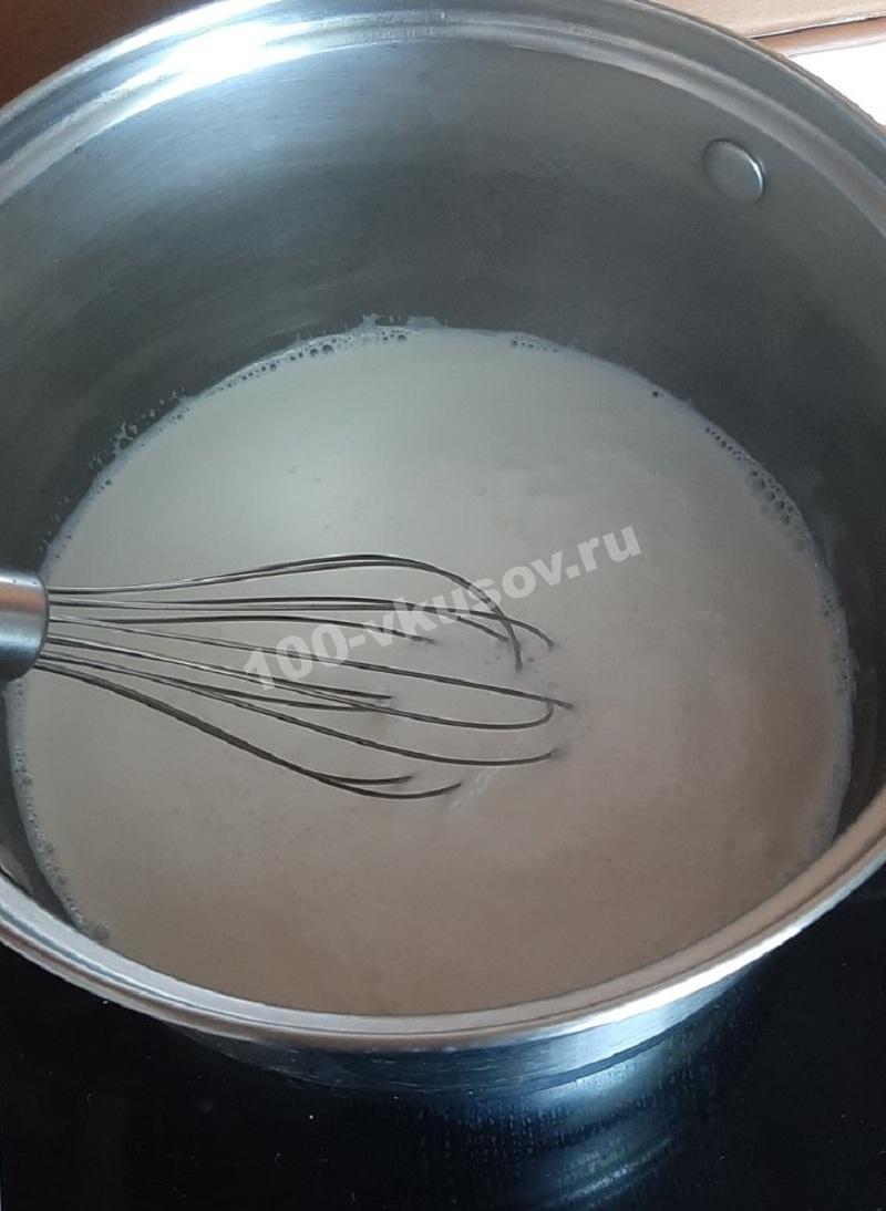 Добавляем манную крупу в молоко