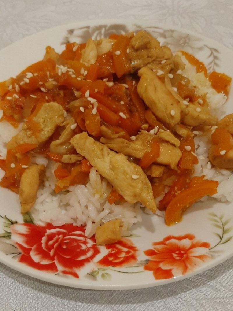 Курица по-тайски с овощами и соевым соусом