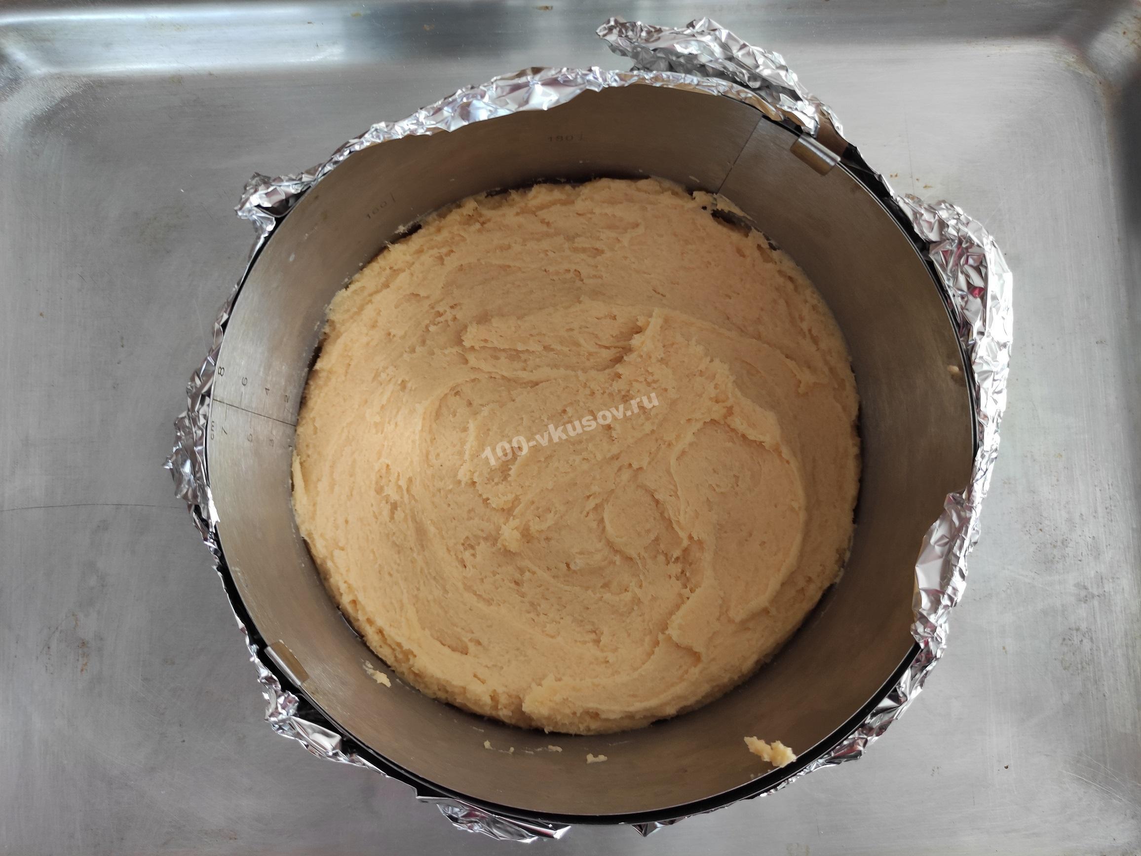 Распределяем тесто для основы пирога