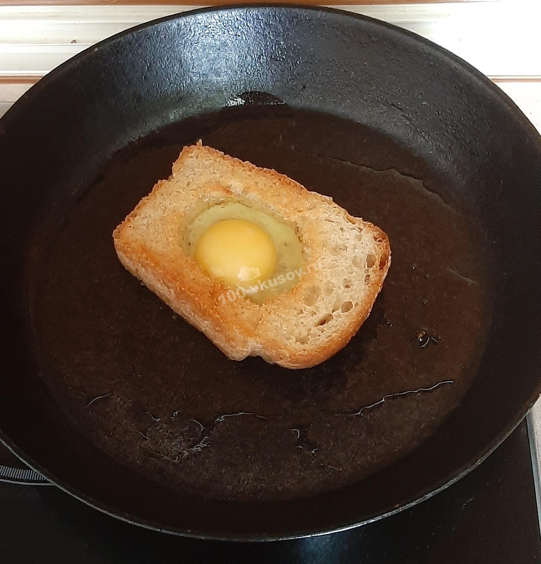 Вливаем яйцо в хлебную основу