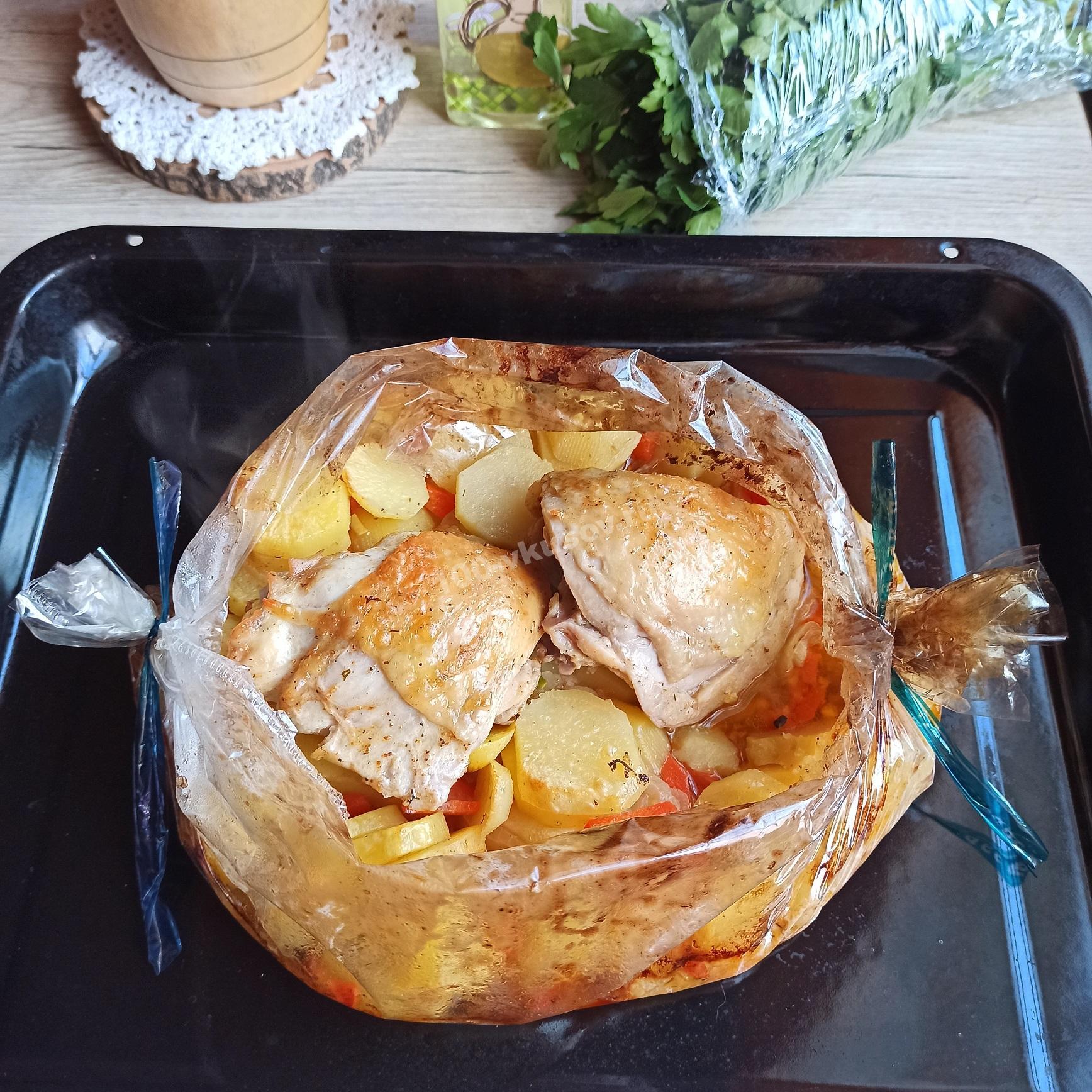 Бедрышки куриные с картошкой на противне