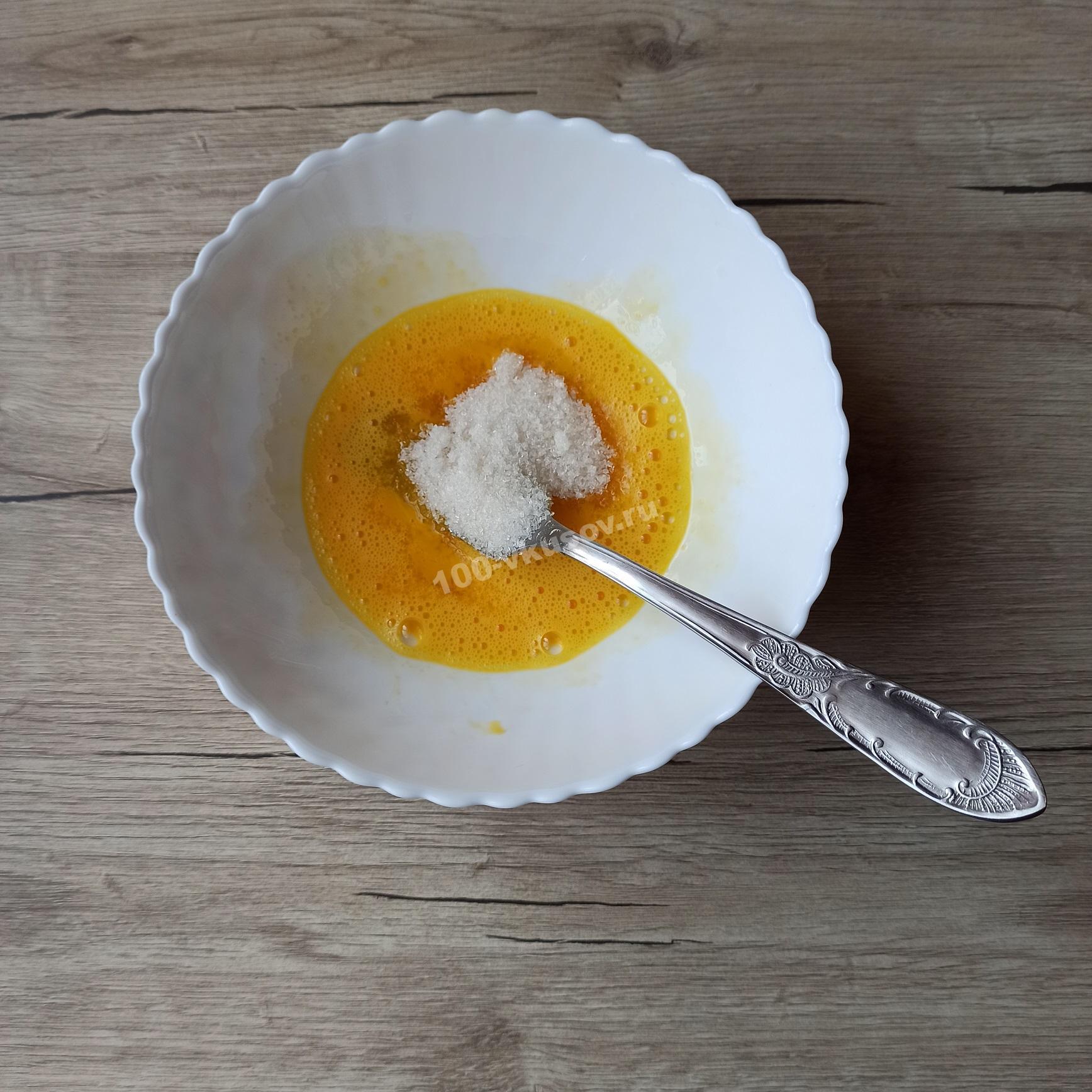 Добавляем в яичную смесь сахар и соль