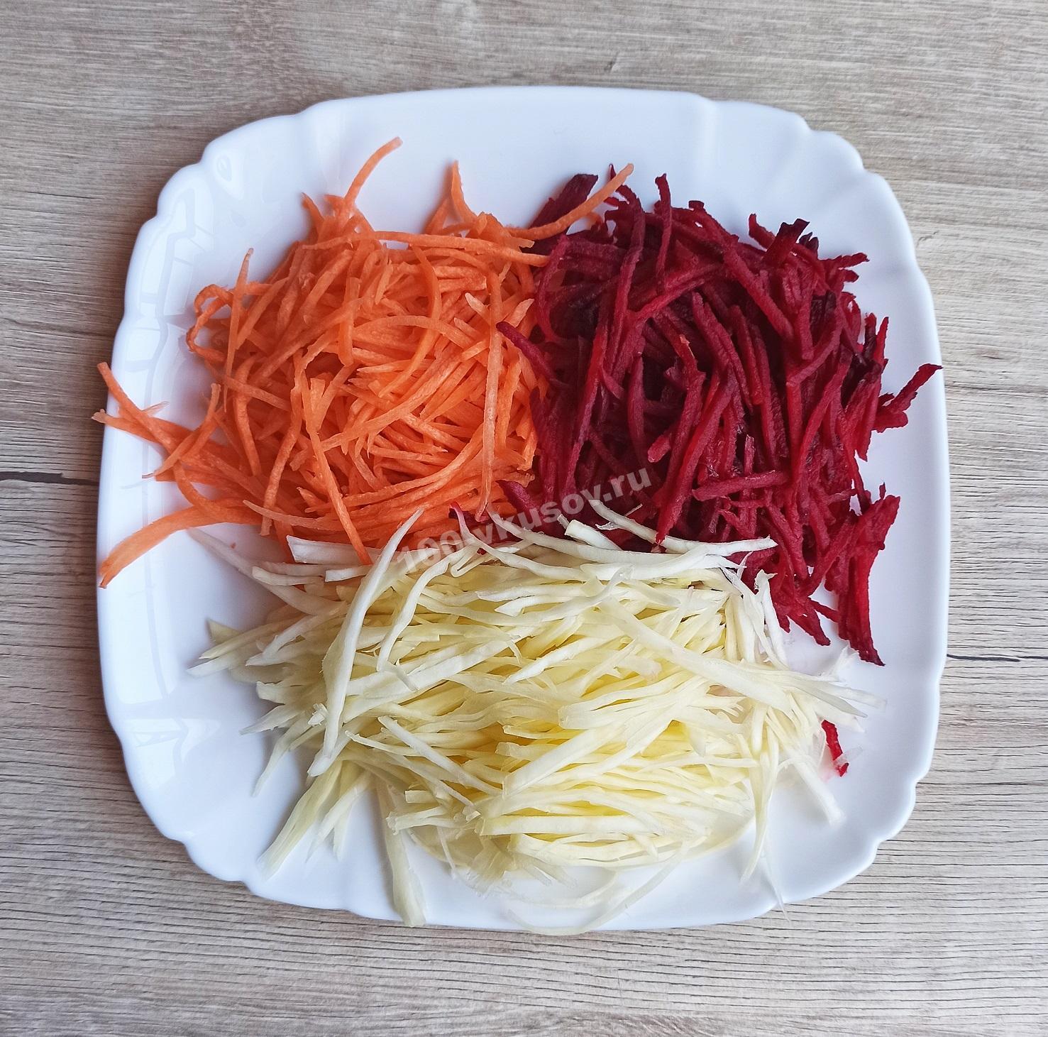 Измельченные морковь, свекла и капуста