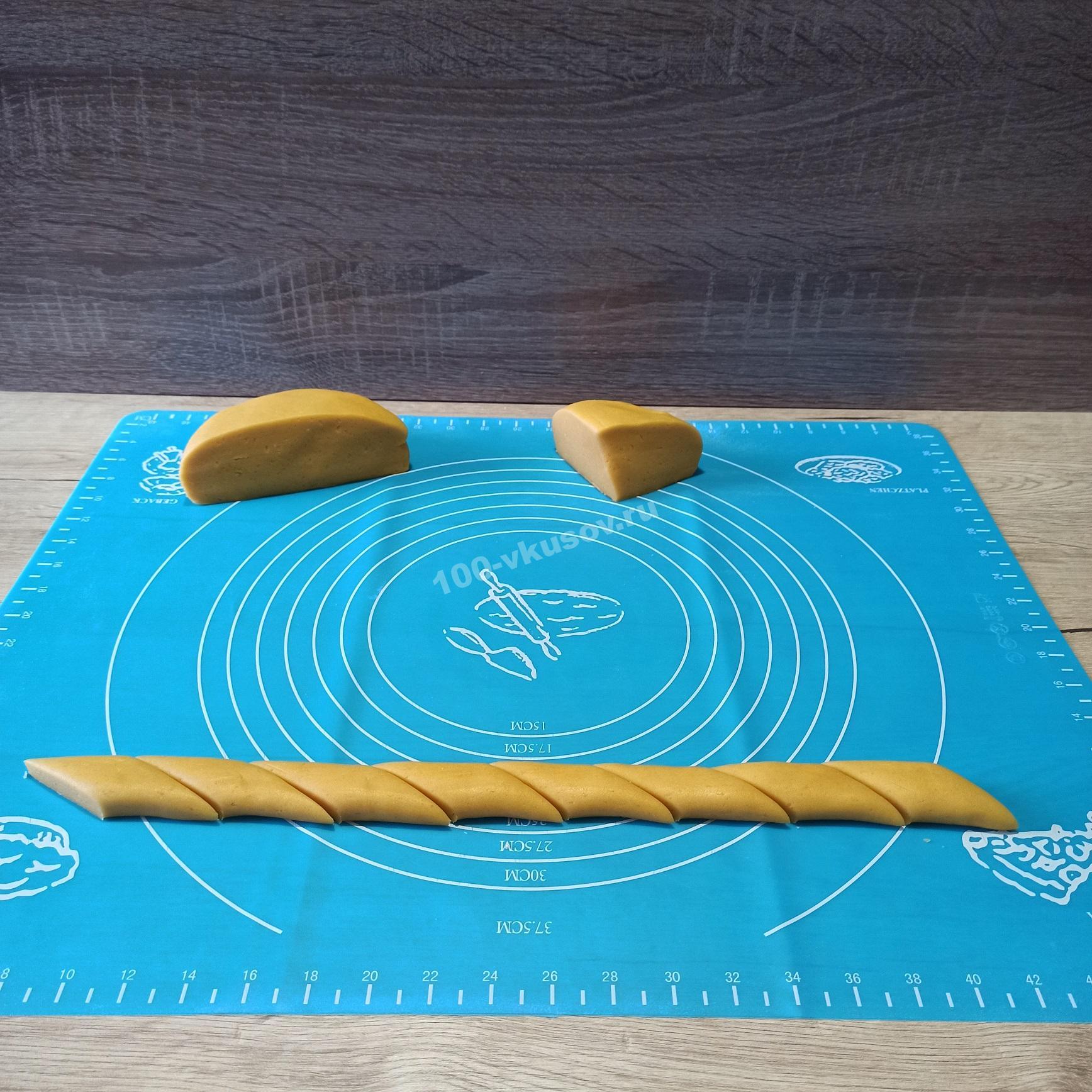 Нарезаем тесто для печенья