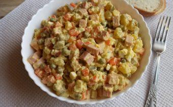 Оливье классический с колбасой и солеными огурцами