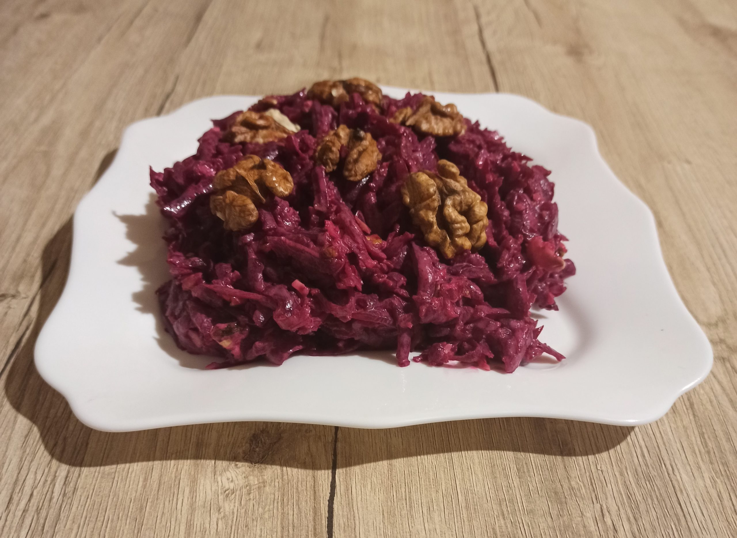 Салат из свеклы с грецкими орехами и чесноком
