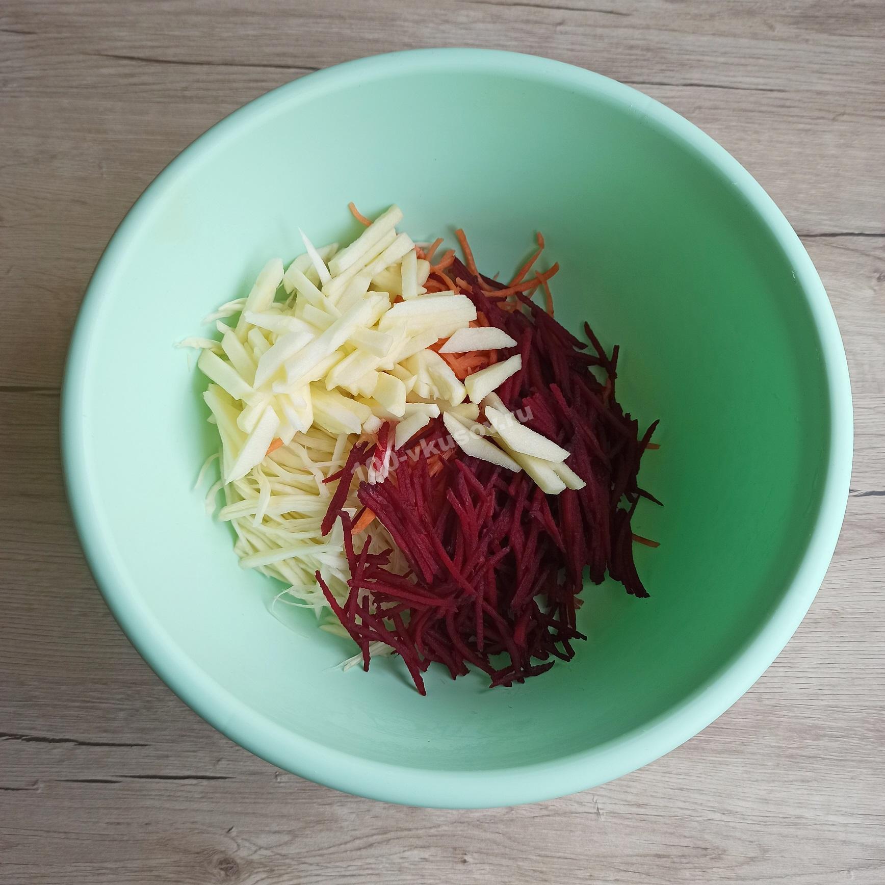 Смешиваем ингредиенты для салата Метелка