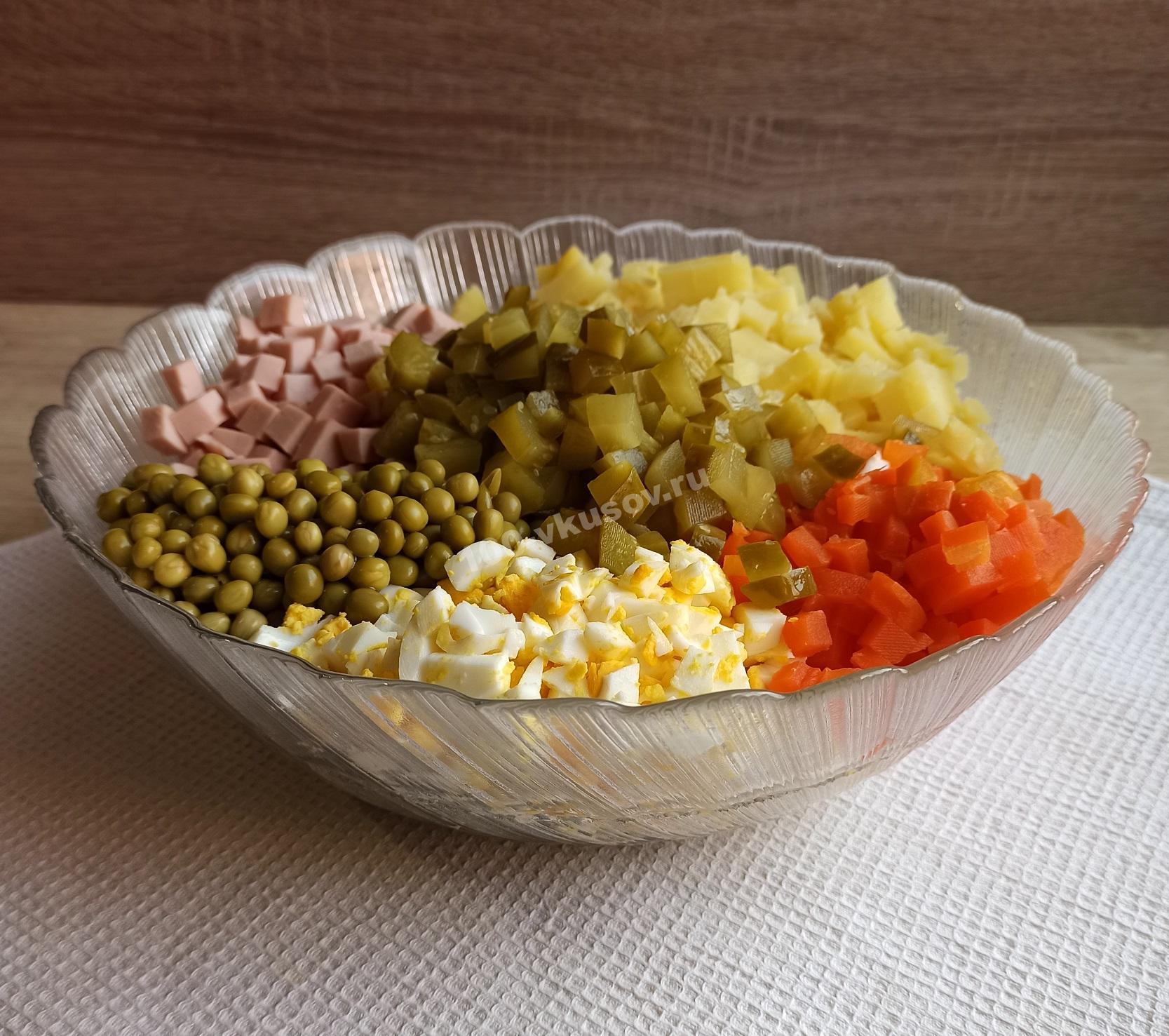 Соединяем ингредиенты для салата оливье