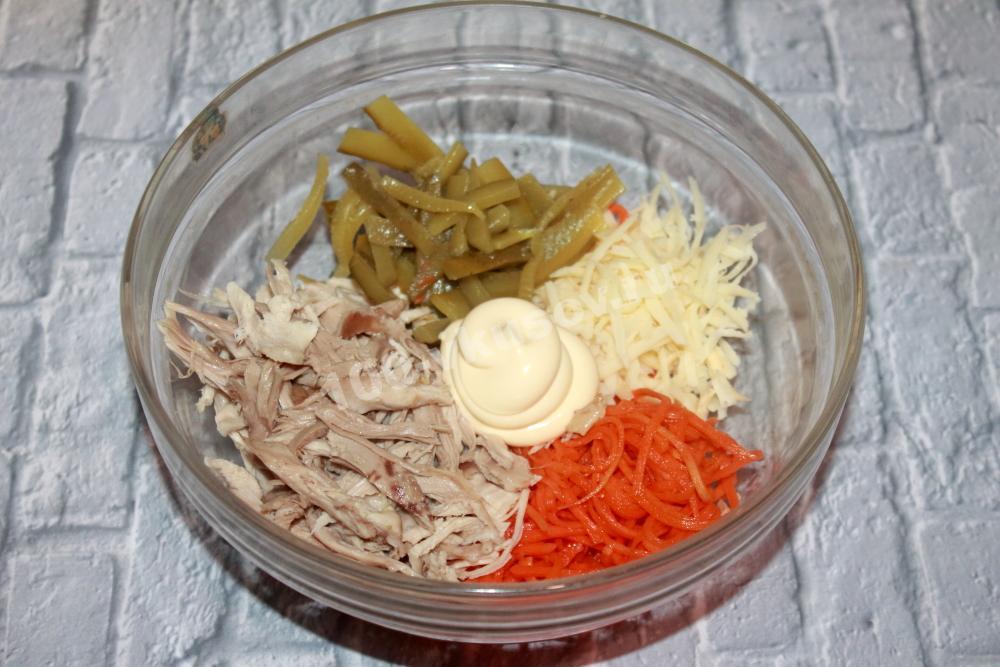 Выкладываем продукты салата