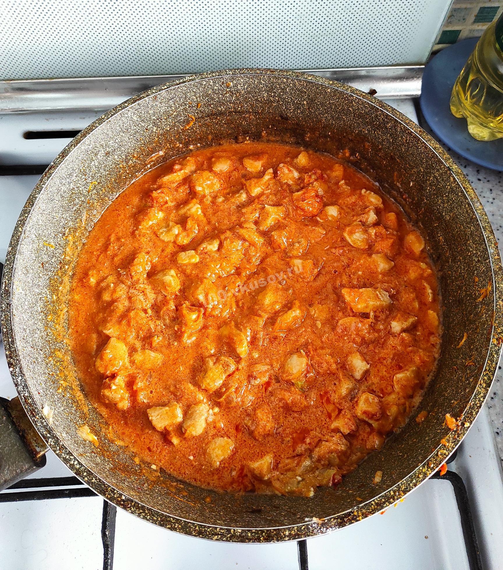 Добавляем в гуляш томатную пасту, сметану и муку