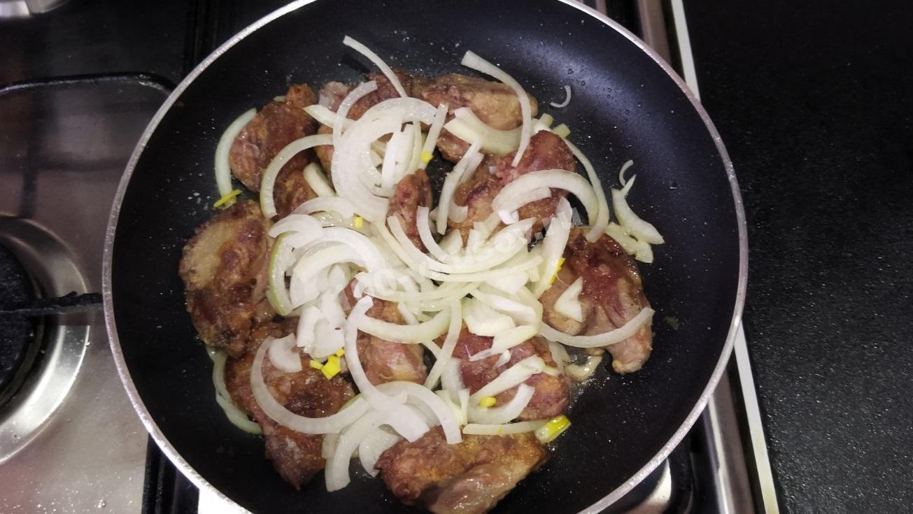 Добавляем к куриной печени лук