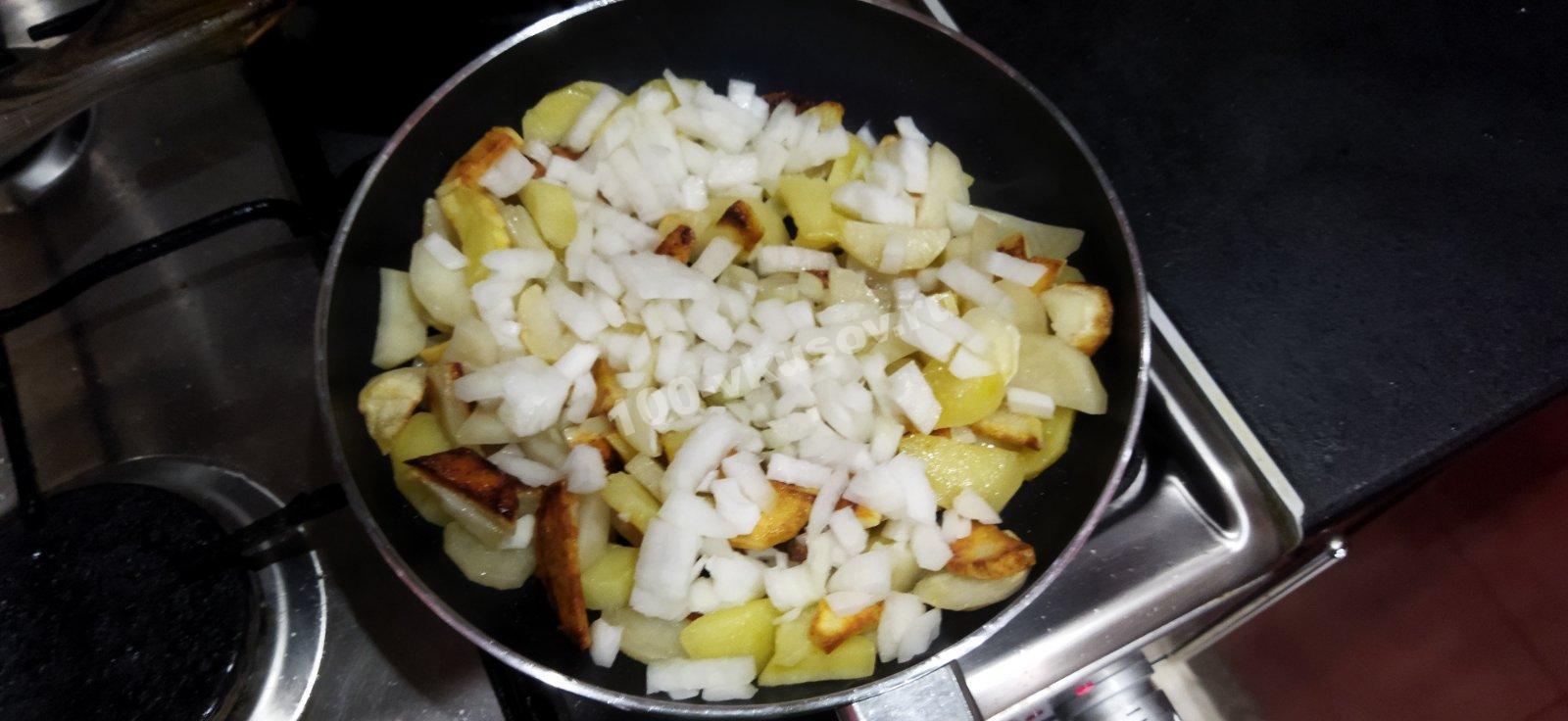 Добавляем лук к жареному картофелю