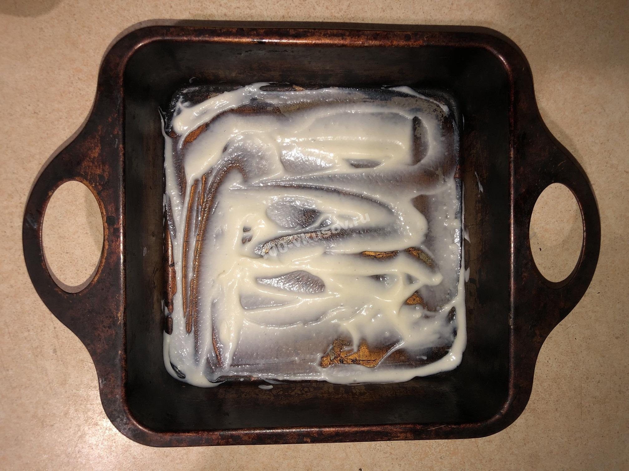 Смазываем форму соусом бешамель