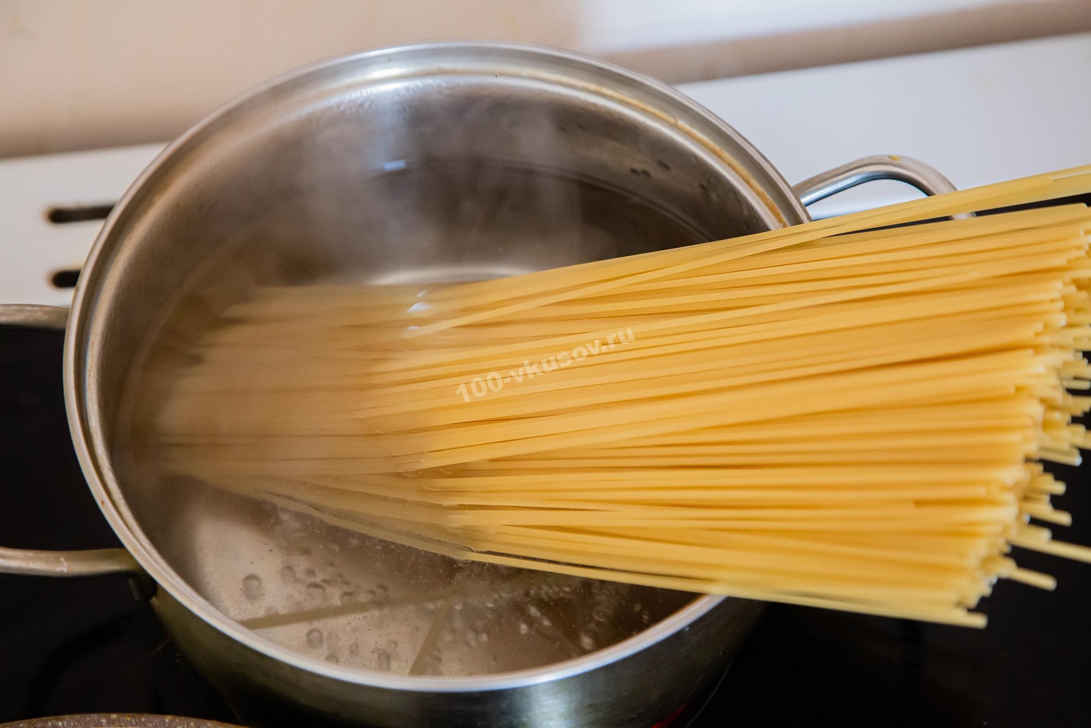 В закипевшую воду опускаем спагетти