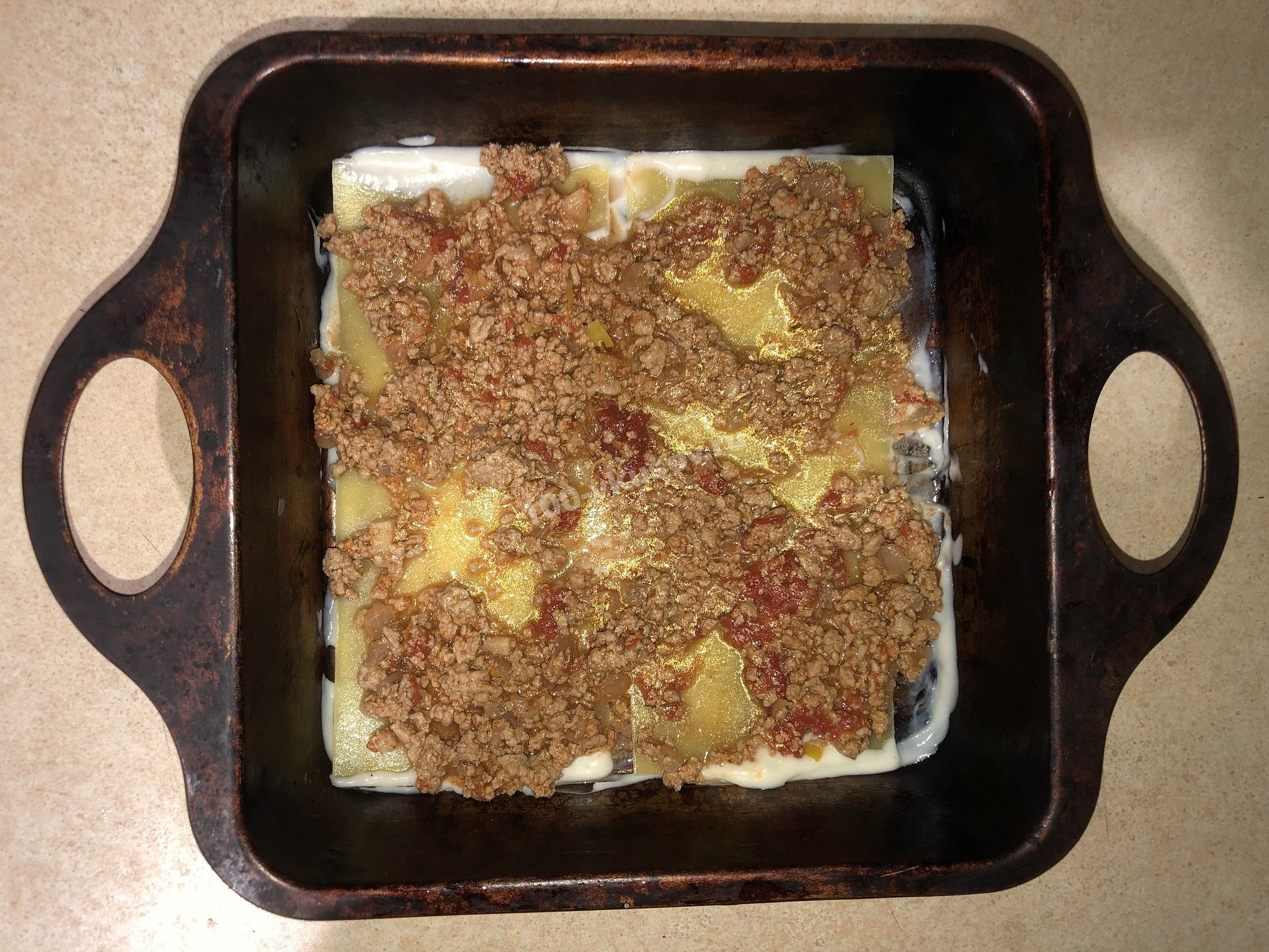 Выкладываем мясной соус на листы лазаньи