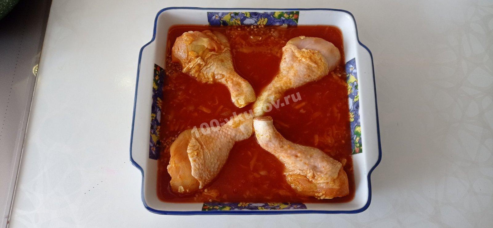 Добавляем томатную пасту к гречке с курицей