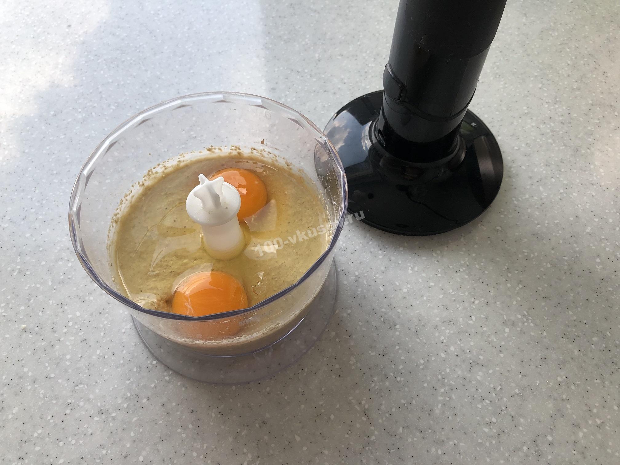 Добавляем яйца в овсяно-банановую смесь