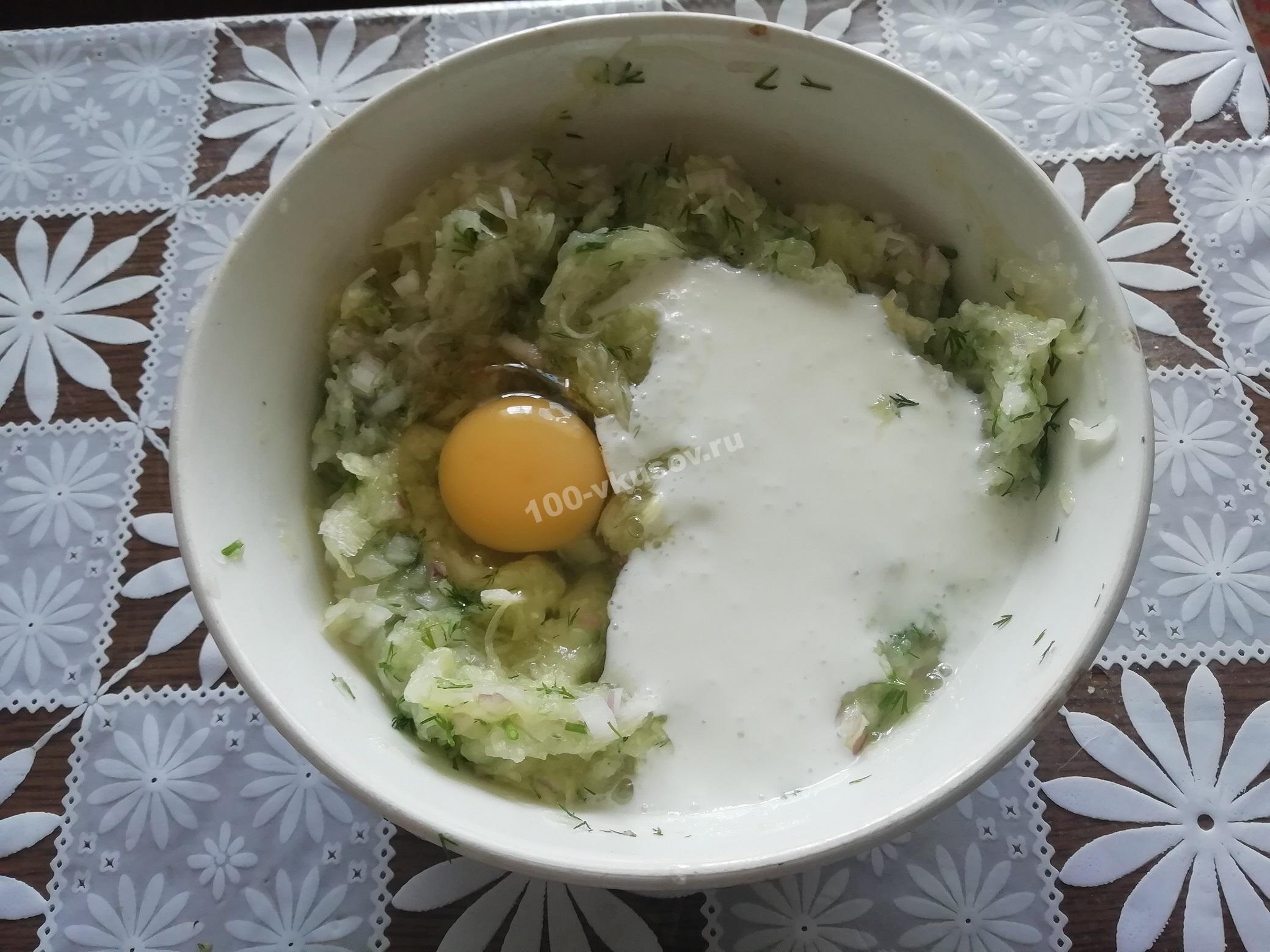 Добавляем яйцо и кефир в овощную смесь