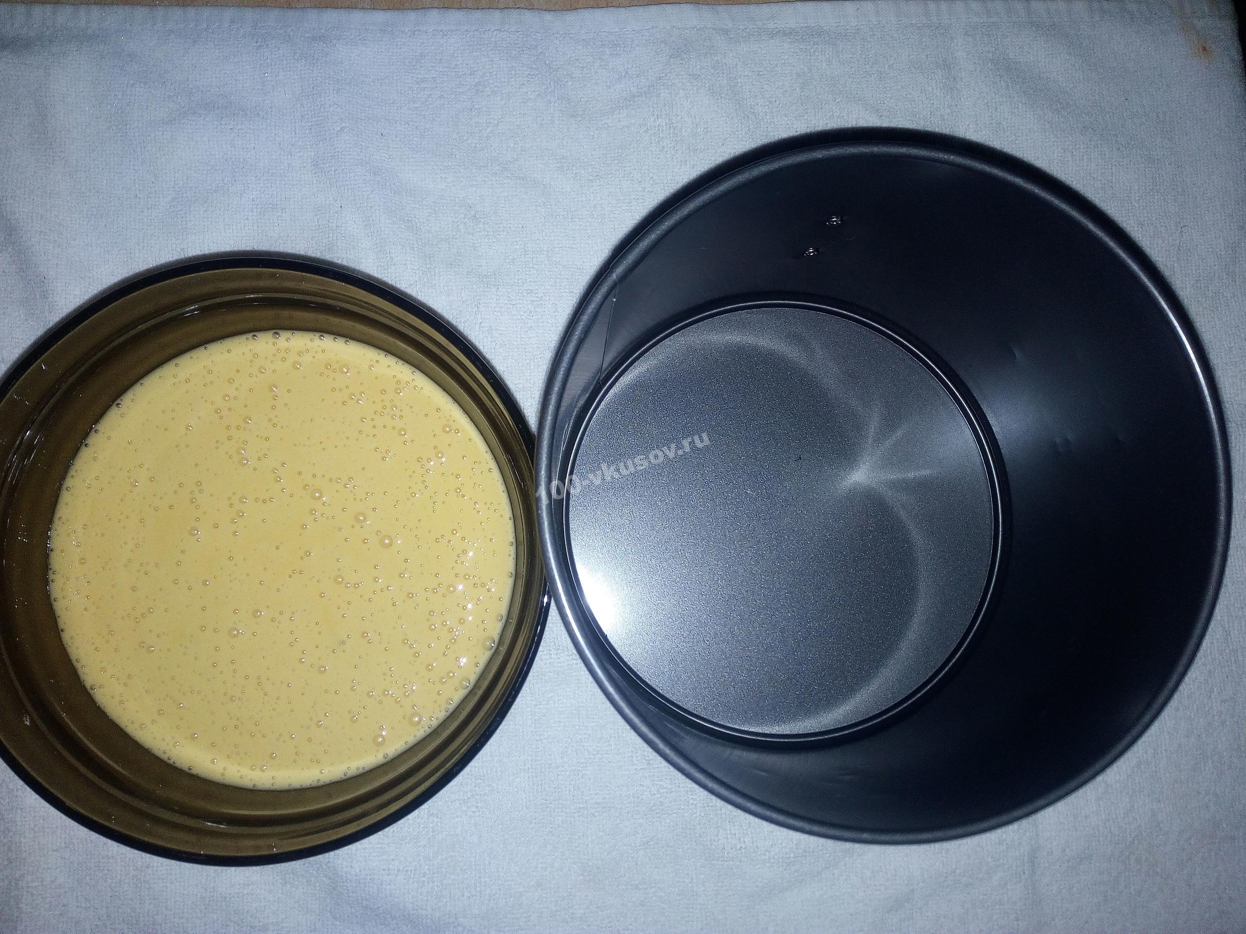 Форма для выпечки с бисквитным тестом