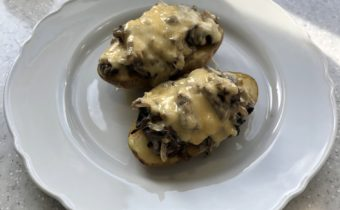 Картофель с грибами в сметане в духовке