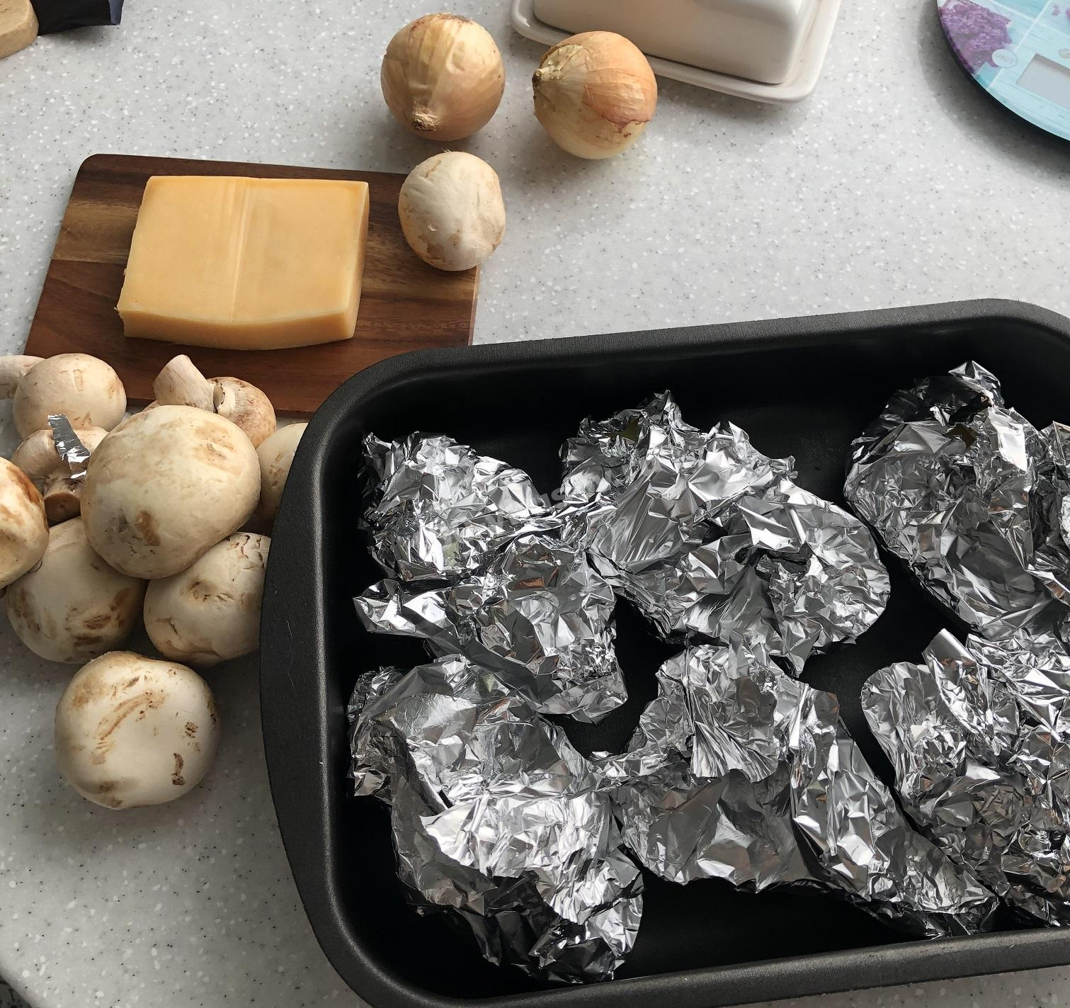 Картофель в фольге на противне