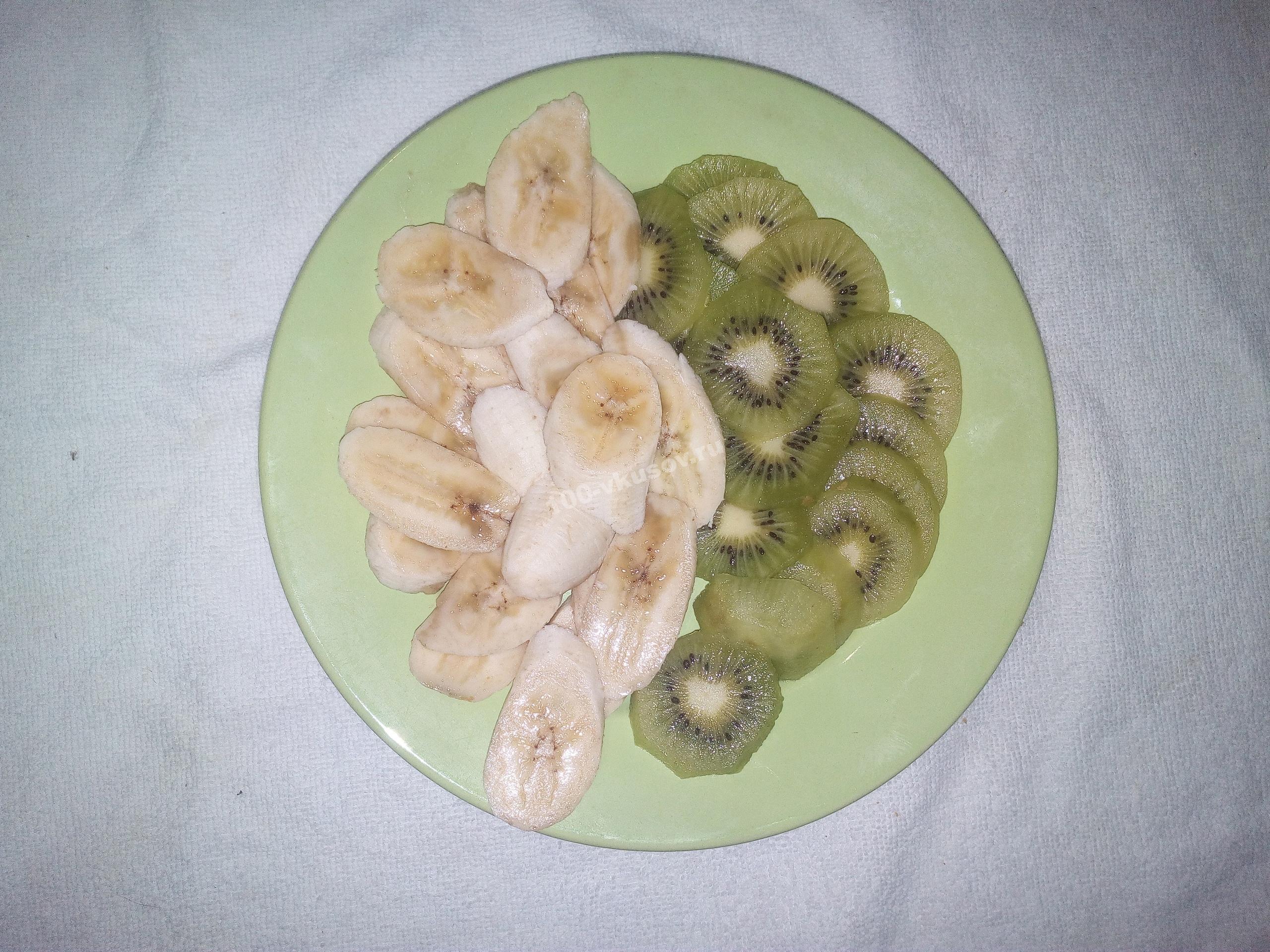 Нарезанные банан и киви