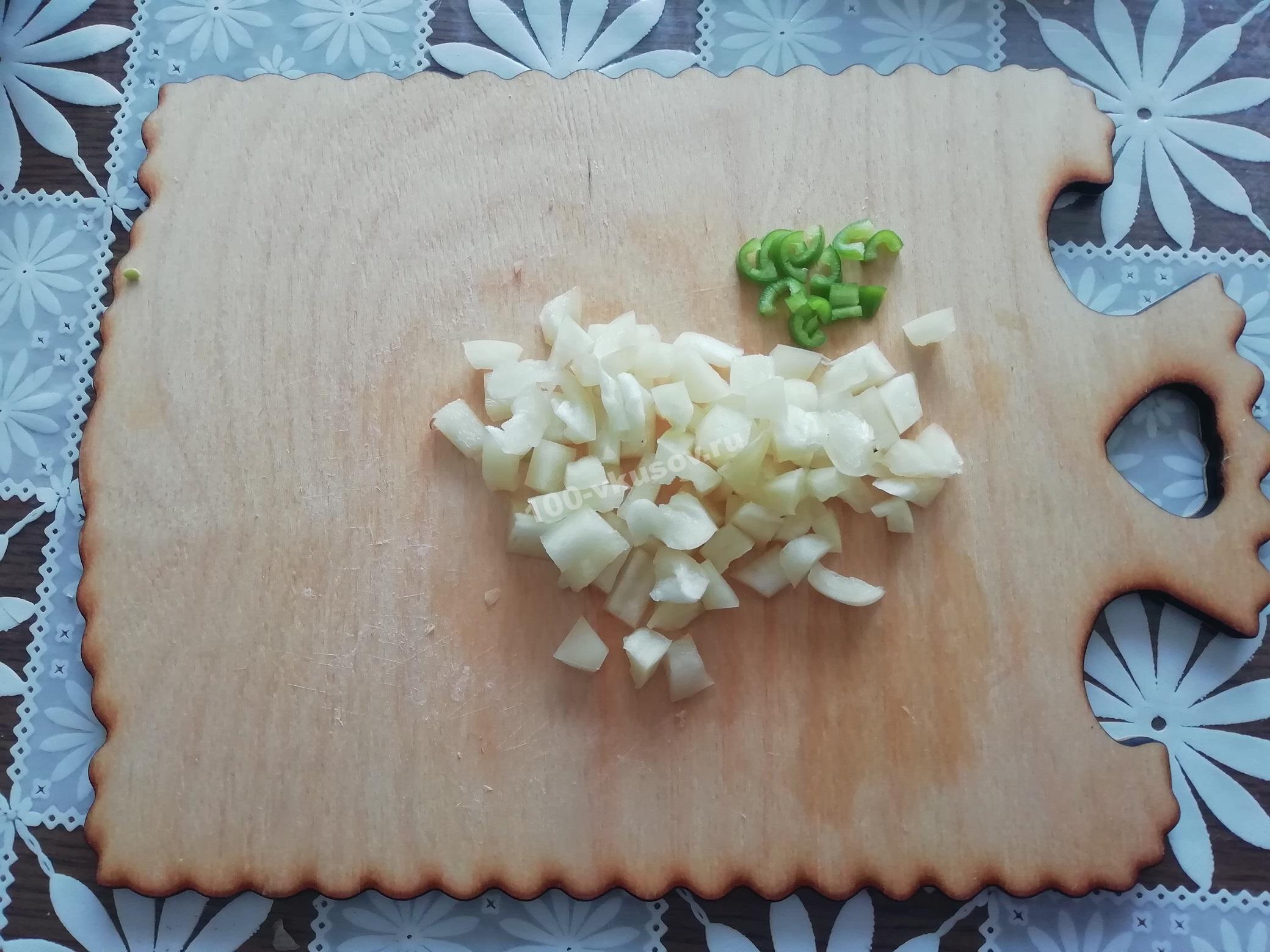 Нарезанный болгарский и острый перец