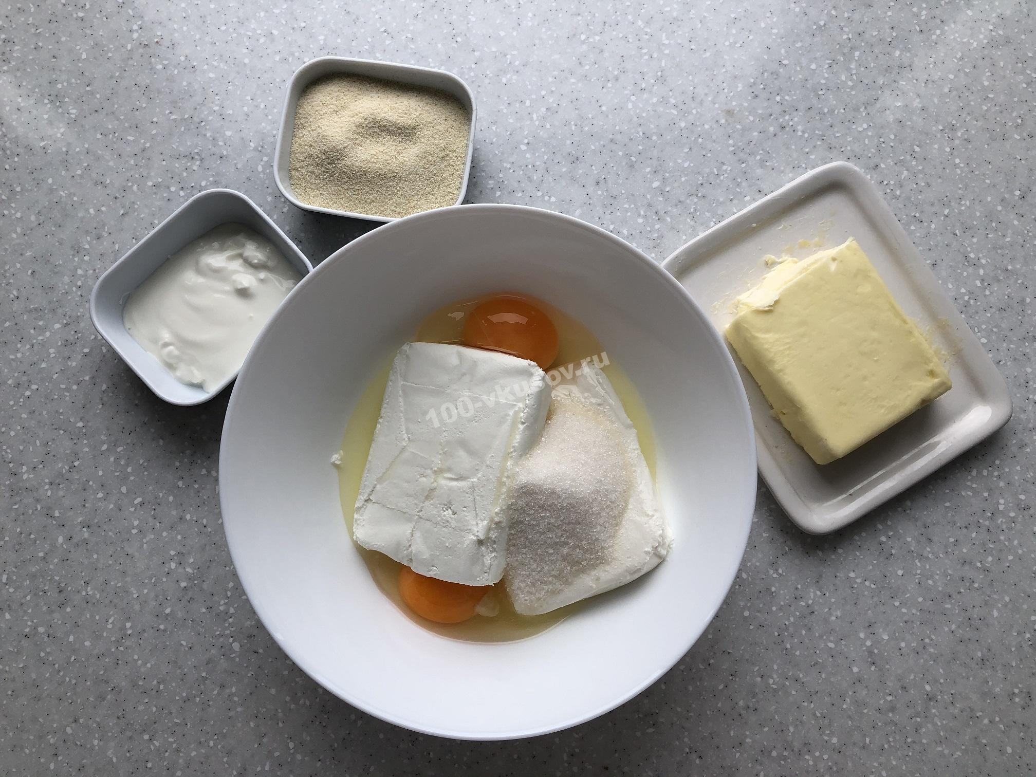 Смешиваем ингредиенты для творожной запеканки