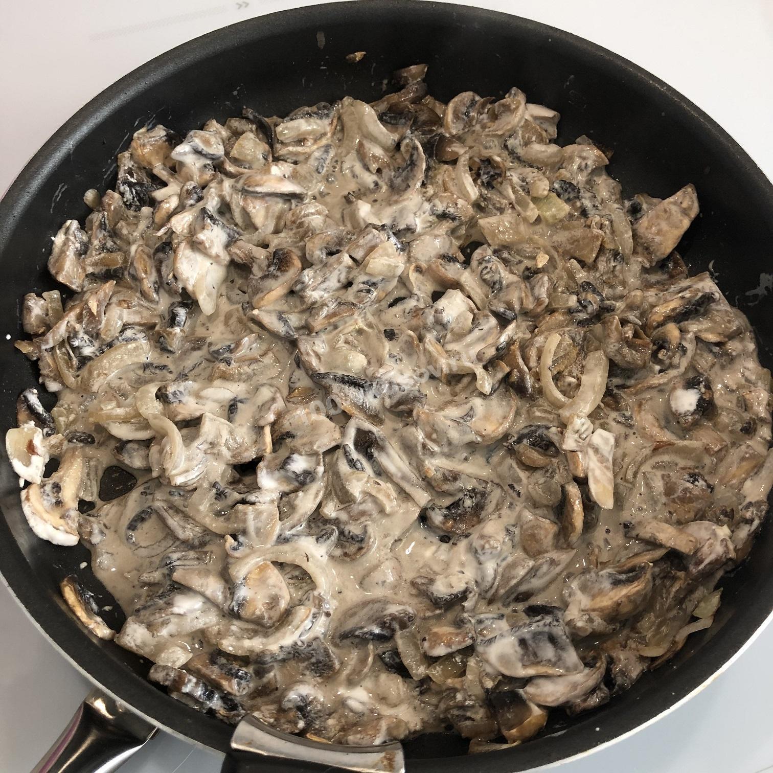 Тушеные грибы со сметаной