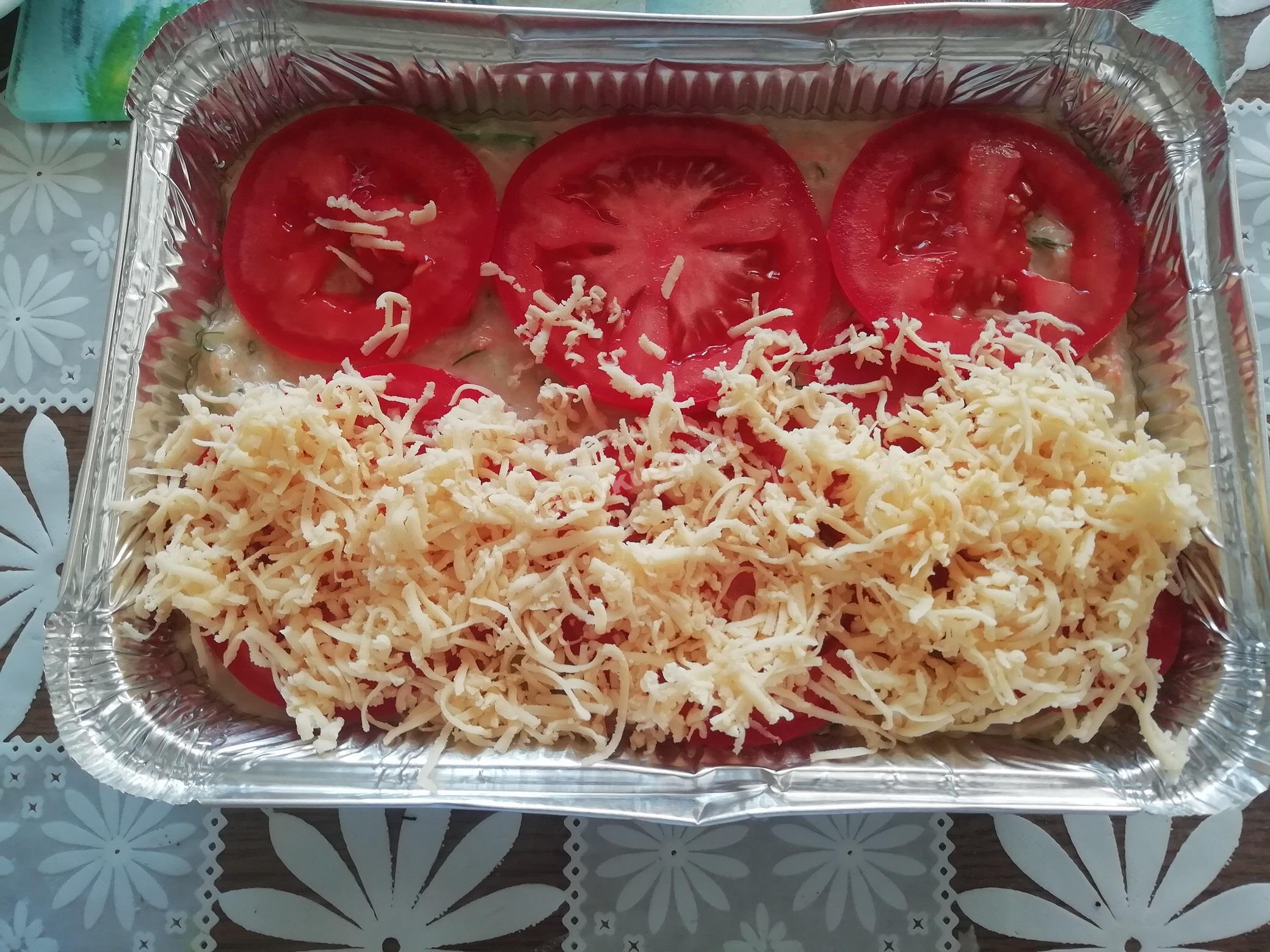Выкладываем на запеканку помидор и сыр