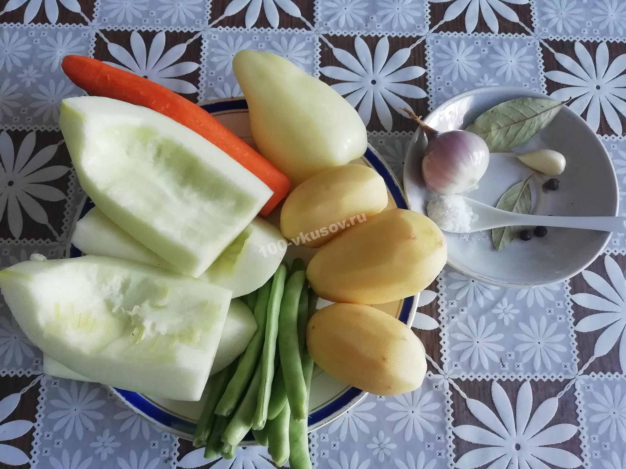 Продукты для тушеных кабачков с овощами и картошкой
