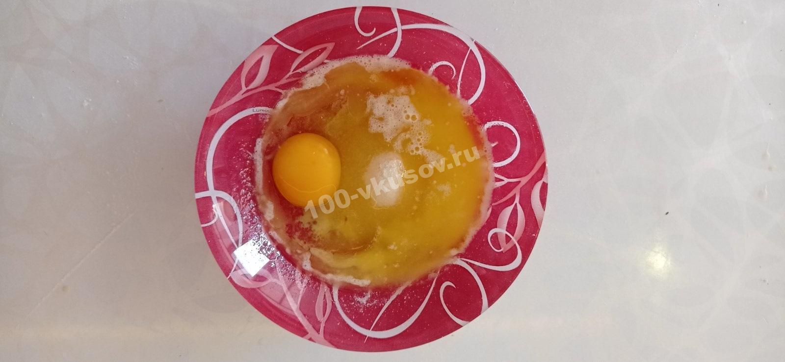 Яйца с сахаром и растопленным сливочным маслом