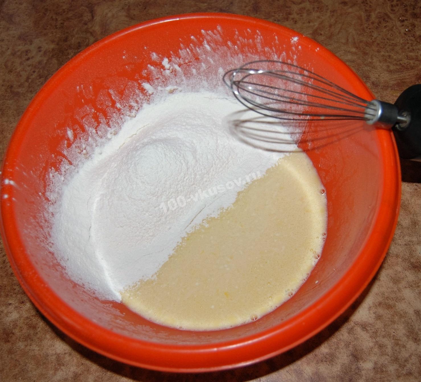 Добавляем муку в тесто для заливного пирога