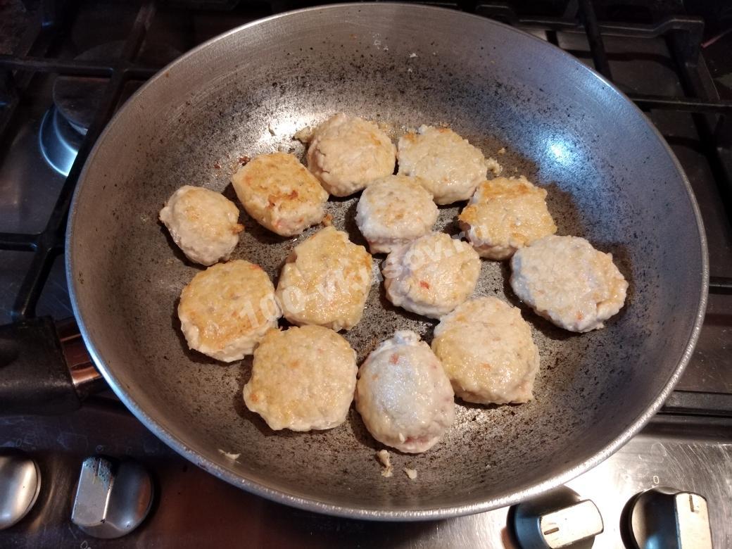 Фрикадельки на сковороде